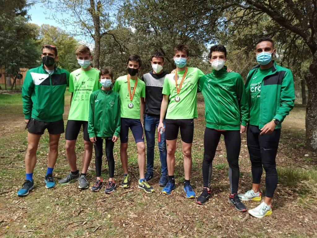Algunos de los atletas del Club de Atletismo Ecosport, acompañados por sus entrenadores Julio y Luismi.
